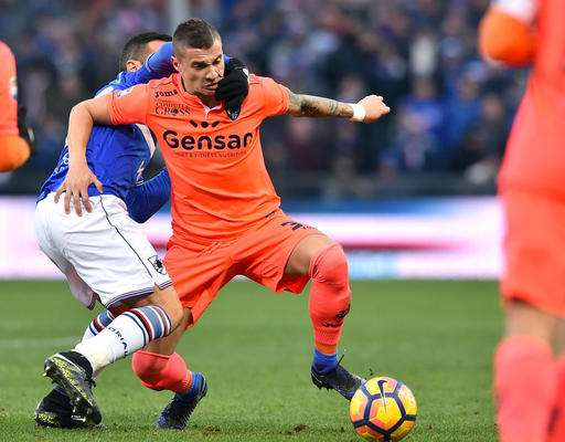 Sampdoria's Fabio Quagliarella chases Empoli's Rade Krunic during the Serie A soccer match between Sampdoria and Empoli at the Luigi Ferraris Stadium in Genoa, Italy,  Sunday, Jan. 15, 2017.  (Simone Arveda/ANSA via AP)