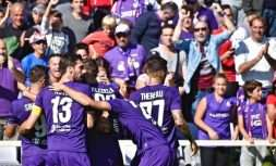 Fiorentina's Fiorentina's Cyril Thereau, right , celebrates with teammates after scoring during the Italian Serie A soccer match between Fiorentina and Udinese at Artemio Franchi Stadium in Florence, Italy,  Sunday. Oct. 15, 2017 (Maurizio Degl'Innocenti/ANSA via AP)