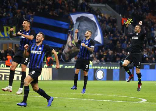 Inter Milan's Mauro Icardi, center right, celebrates after scoring at the end of the Serie A soccer match between Inter Milan and AC Milan at the San Siro Stadium, in Milan, Italy, Sunday, Oct. 21, 2018. Inter Milan beat AC Milan 1-0. (AP Photo/Antonio Calanni)