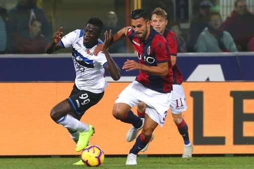 "Atalanta's Musa Barrow, left, and Bologna's Giancarlo Gonzalez vie for the ball during the Italian serie A soccer match between Bologna and Atalanta at the ""Dall'Ara"" stadium in Bologna, Italy, Sunday, Nov. 4, 2018. (Giorgio Benvenuti/ANSA via AP)"